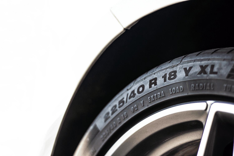 Reifenbezeichnung_Reifen_Auto_Nahaufnahme