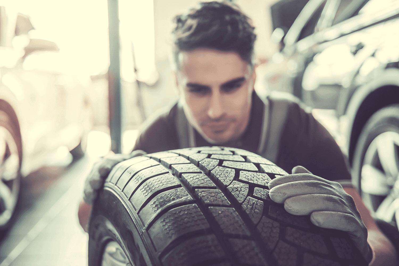 Reifensicherheit_Reifenueberpruefung_Mechaniker_Reifenprofil