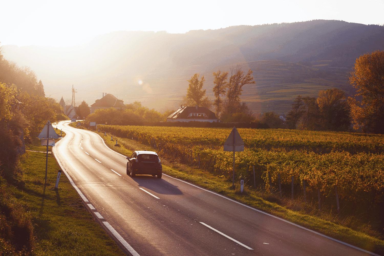 Sommerreifen_Auto_Strasse_Landschaft