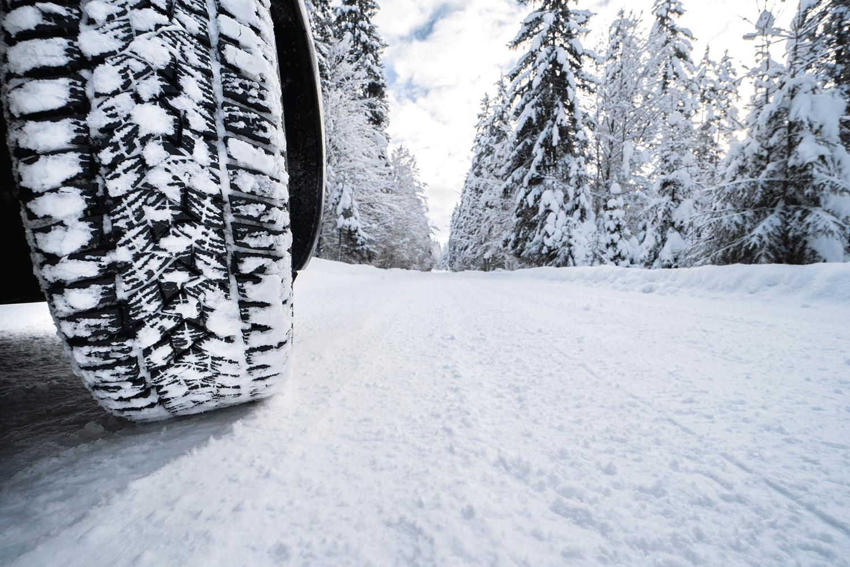 Winterreifen_Reifenprofil_Schnee_Landschaft